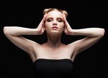 Retrato oscuro adolescente joven de la belleza femenina con maquillaje del día en bla Imagen de archivo libre de regalías