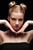 Retrato oscuro adolescente joven de la belleza femenina con maquillaje del día en bla Imagenes de archivo