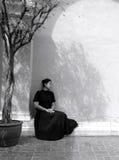 Retrato oscuro de la mujer asiática triste en ropa negra Imágenes de archivo libres de regalías