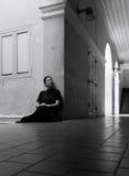 Retrato oscuro de la mujer asiática triste en ropa negra Foto de archivo