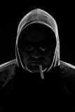 Retrato oscuro de un hombre con el cigarrillo Imagenes de archivo