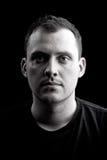 Retrato oscuro de un hombre serio Imagen de archivo libre de regalías