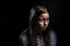 Retrato oscuro de una muchacha adolescente deprimida Imagen de archivo libre de regalías