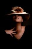 Una muchacha multirracial hermosa con un sombrero Fotografía de archivo