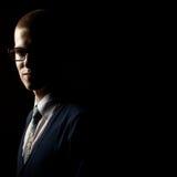 Retrato oscuro del estudio de un hombre joven Foto de archivo libre de regalías