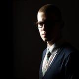 Retrato oscuro del estudio de un hombre joven Foto de archivo