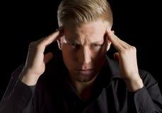 Retrato oscuro del hombre joven infeliz. Foto de archivo