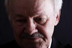 Retrato oscuro del hombre mayor deprimido Fotografía de archivo