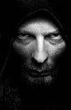 Retrato oscuro del hombre siniestro malvado asustadizo Imagen de archivo