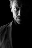 Retrato oscuro del mediados de hombre de la edad Imagenes de archivo