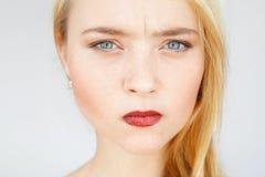 Retrato pelirrojo triste enojado de la mujer Fotos de archivo