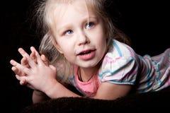 Retrato pensativo de la diversión del niño de la muchacha Fotografía de archivo