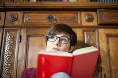 Retrato pensativo novo do estudante fêmea com livro imagens de stock royalty free