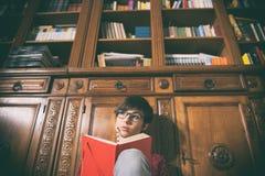 Retrato pensativo novo do estudante fêmea com livro imagem de stock royalty free