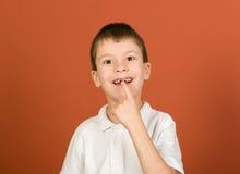 Retrato perdido do menino do dente no marrom imagens de stock