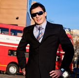 Retrato positivo del hombre de negocios joven imagenes de archivo