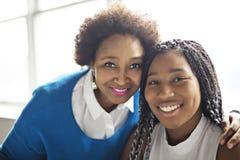 Retrato próximo afro-americano da mãe e da filha fotografia de stock