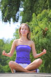 Retrato praticando da ioga da menina imagens de stock