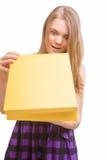 Retrato precioso de la caja de regalo adolescente feliz joven del amarillo de la abertura Fotografía de archivo