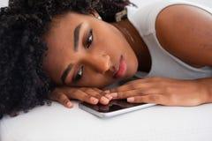 Retrato preto da menina que sente triste e só em casa imagem de stock royalty free