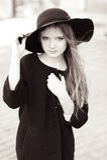Retrato preto e branco da menina à moda Imagens de Stock Royalty Free