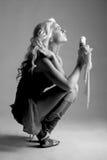 Retrato preto e branco da menina com gelado Imagens de Stock Royalty Free