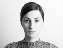 Retrato preto e branco da menina dos olhos azuis fotos de stock royalty free