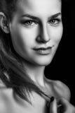 Retrato preto e branco da mulher bonita do encanto do sorriso Imagens de Stock