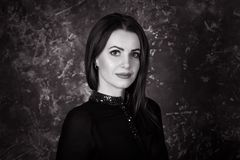 Retrato preto e branco da mulher moreno nova bonita que senta-se no quarto Foto de Stock