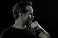 Retrato preto e branco de homem experiente com os emtions da dor e do esforço imagens de stock