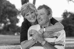 Retrato preto e branco de pares maduros bonitos e felizes superiores americanos ao redor 70 anos smili mostrando velho de amor e  Imagens de Stock