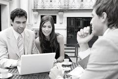 Executivos que encontram-se no café. imagens de stock royalty free