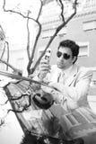Homem de negócios que inclina-se no carro. fotos de stock royalty free