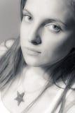 Retrato preto e branco de uma menina bonita Imagem de Stock
