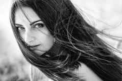Retrato preto e branco de uma moça elegante bonita com cabelo do voo fotos de stock