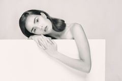 Retrato preto e branco de uma mulher Imagens de Stock