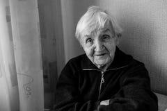 Retrato preto e branco de uma mulher adulta em sua casa fotografia de stock