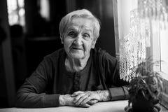 Retrato preto e branco de uma mulher feliz idosa de 85 anos Fotos de Stock Royalty Free