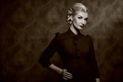 Retrato preto e branco de uma mulher retro Fotos de Stock Royalty Free