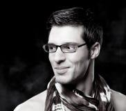 Retrato preto e branco do homem atrativo na moda Fotos de Stock
