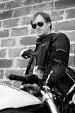 Retrato preto e branco do homem com bicicleta Imagens de Stock Royalty Free