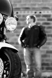 Retrato preto e branco do homem com bicicleta Fotografia de Stock