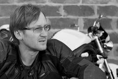 Retrato preto e branco do homem com bicicleta Imagens de Stock