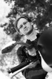Retrato preto e branco do homem na bicicleta Foto de Stock