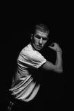 Retrato preto e branco do menino do dançarino no t-shirt branco Foto de Stock