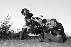 Retrato preto e branco do motociclista Fotografia de Stock Royalty Free