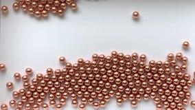 Retrato preto e branco do movimento caótico do businesswomanThe atrativo de muitas bolas douradas do ferro filme