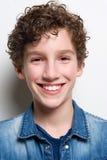Retrato principal de una sonrisa joven del muchacho Foto de archivo