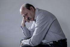 Retrato principal do ancião maduro superior em seu 60s que olha dor e depressão de sofrimento tristes e preocupadas na expressão  fotos de stock