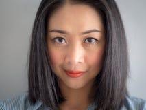 Retrato principal do tiro da mulher com olhos grandes fotografia de stock